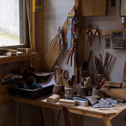 内子町の小田で、木べらやしゃもじ、バターナイフなどを製作している『山口工房』さんを訪問しました。山口さんの作る調理道具やカトラリーは、手に馴染む滑らかな形状が特徴ですが、その大まかな形を手斧一本でサクサクと削り出していくことに驚きました。これを一本一本丁寧に研磨し、個性的な道具に仕上がるのだそう。 山口さんは削りカスもストーブの燃料として使用しているそうで、材料を一切無駄にしない、その考え方にも学ぶべきことが多くあると感じました。 #内子を遊びつくす #内子町 #内子 #uchiko #内子町小田 #内子工芸 #愛媛 #愛媛工芸 #工芸 #職人 #handcrafted #kitchentools #cutlery  Yummery - best recipes. Follow Us! #kitchentools #kitchen