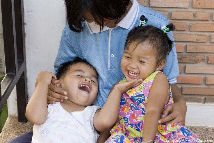 Man kan næsten ikke undgå at blive i godt humør af dette dejlige billede fra SOS-børnebyen i Nongkhai, #Thailand. SOS Børnebyerne mener, at alle børn har ret til at vokse op i en kærlig #familie.
