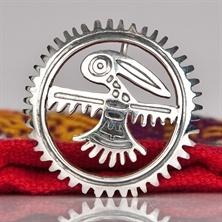 Planin pitkäaikainen suosikkikoru, Aurinkolintu on lentänyt takaisin myyntiin.  Korun kuvio on Mikko Kuustosen suunnittelema ja se noudattelee intiaanikulttuurin symboliikkaa kertoen toivosta ja vapaudesta. Uudet sirot Aurinkolinnut on tehty Perussa, pienessä Munaya Rumin korupajassa.