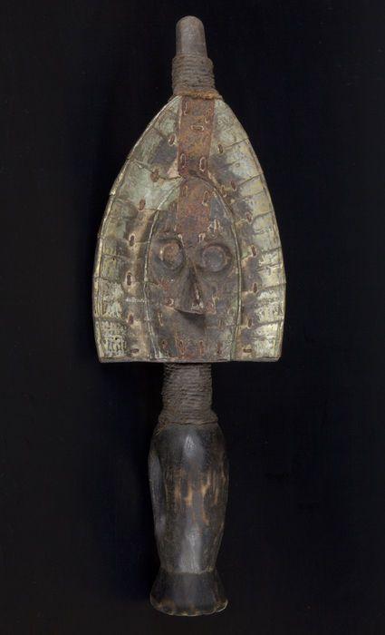 De Mahongwés zijn een etniciteit uit noordoostelijke Gabon, die voornamelijk in de provincie Ogooué-Ivindo wonen. Gering in aantal, zij behoren tot de groep van de Kotas (of Bakotas). Ze staan bekend om hun relikwieën. begroeven zij hun hoofden en dan exhumated hun botten (voornamelijk de schedel) om ze te plaatsen in de schors dozen of manden riep bwété, waar een standbeeld werd geplaatst.  Materiaal: Hout, ijzer, koper en touw Voorwaarde: Tekenen van oudheid Hoogte: 40 cm Gewicht: 0.5…
