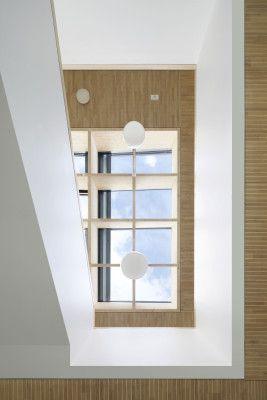 Über ein 36 m² großes Oberlicht im Atrium gelangt Tageslicht in die Mitte des…