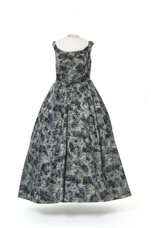 Jacques Heim , maison de couture, 1956 (vers) Jacques Heim , couturier, 1956 Matières et techniques:  Satin de soie imprimé noir, gris, blanc et bleu. robe, robe du soir | Les Arts décoratifs