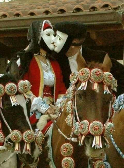 """Immagine romantica della Sartiglia : Il cavaliere e l' amazzone si scambiano un bacio """" in maschera """" 2015."""