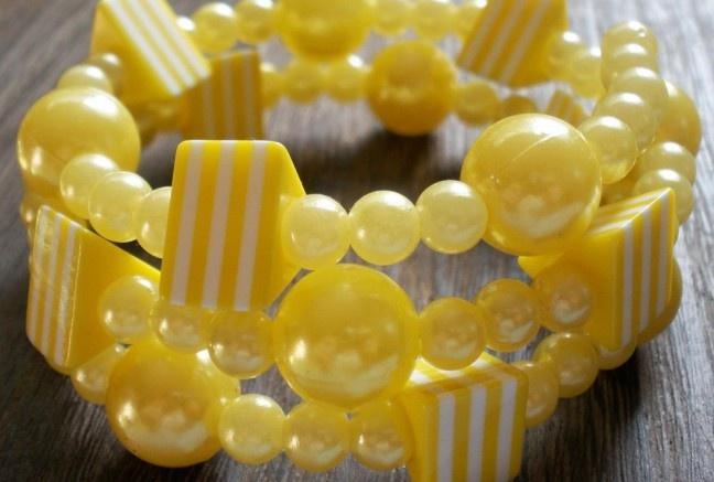 Maximálne letný; maximálne žiarivý... proste plný slnka :)).  Ľahučký náramok z akrylových trblietavých perličiek dvoch veľkostí a pásikavých trojuholníkov.  Univerzálna veľkosť, bez zapínania.