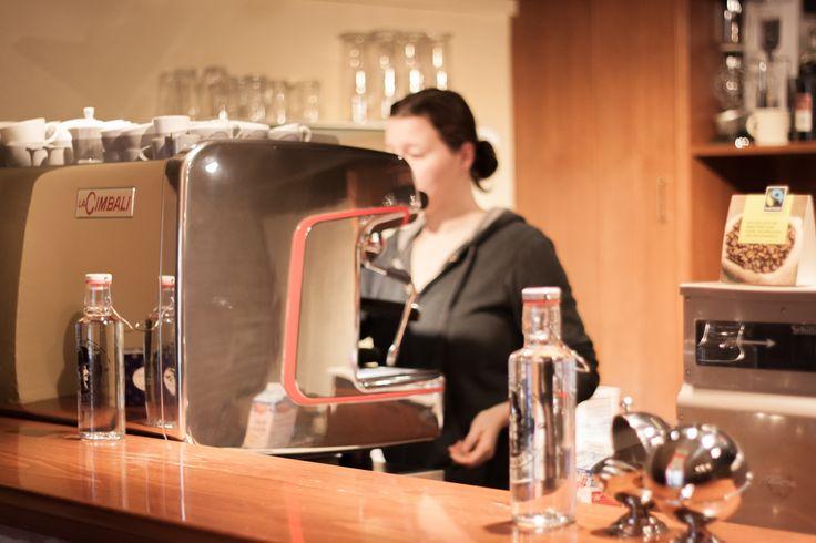 Normalerweise wird in dieser Kategorie über Cafés im traditionellem Sinne berichtet, jedoch wollen wir bei der Kaffeerösterei Alt Wien eine Ausnahme machen. Grund dafür ist die integrierte Espresso-Bar des Geschäftslokals in der Schleifmühlgasse des vierten Wiener Gemeindebezirks.