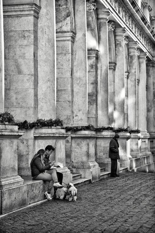 Momento di pausa. Una coppia davanti alla biblioteca Angelo Mai in Piazza Vecchia - foto di Nicola Furini --- Questa fotografia partecipa al Concorso Fotografico Bergamo, per votarla condividila dalla pagina Facebook http://on.fb.me/1bfzk4E (la trovi tra i post di altri) e carica anche tu le tue foto su www.orobie.it per partecipare al concorso!