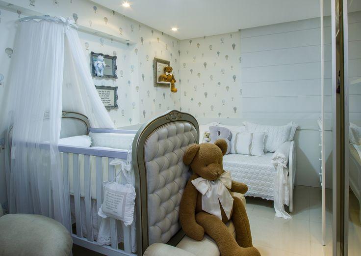 Um quarto de bebê clean e delicado, que pode ser usado por um menino ou uma menina. Decoração suave, com ursos de pelúcia e um lúdico papel de parede com balões. Esse é um dos mais recentes projetos de quarto de bebê entregues da arquiteta Rafaella Guimarães. O quarto fica em Maceió, capital alagoana, e inspira graciosidade.