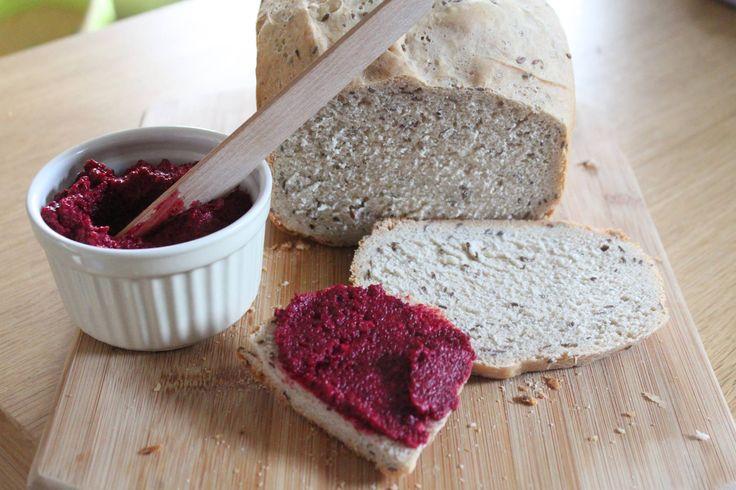 CHLEBEK bezglutenowy z BURACZANĄ PASTĄ:  2 ugotowane buraki, 1 ząbek czosnku, 2 łyżki oliwy, sól ,pieprz do smaku, wszystko zblendować i gotowe! przepis: http://smakowitychleb.pl/chleb-bezglutenowy/