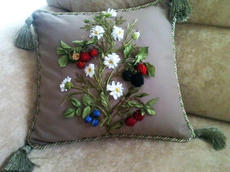 Декоративная подушка с ромашками, малиной, ежевикой, голубикой и вишней.