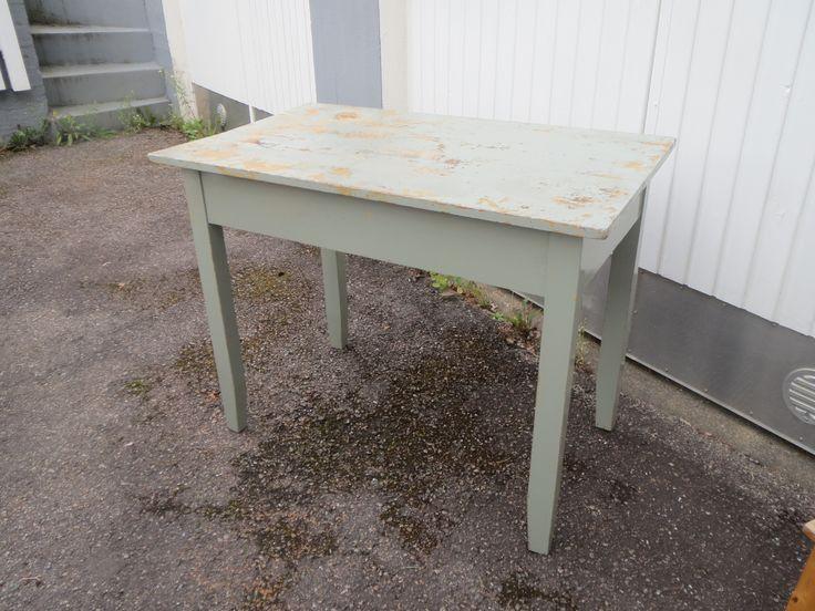 Vanha talonpoikaispöytä, pöytätasossa maalipinnassa kulumaa ja yksi halkeama. Ja hiukan on pöydän reunat noussee ylöspäin.  Pöydän koko 100 x 60 cm, korkeus 78 cm.  MYYTY.
