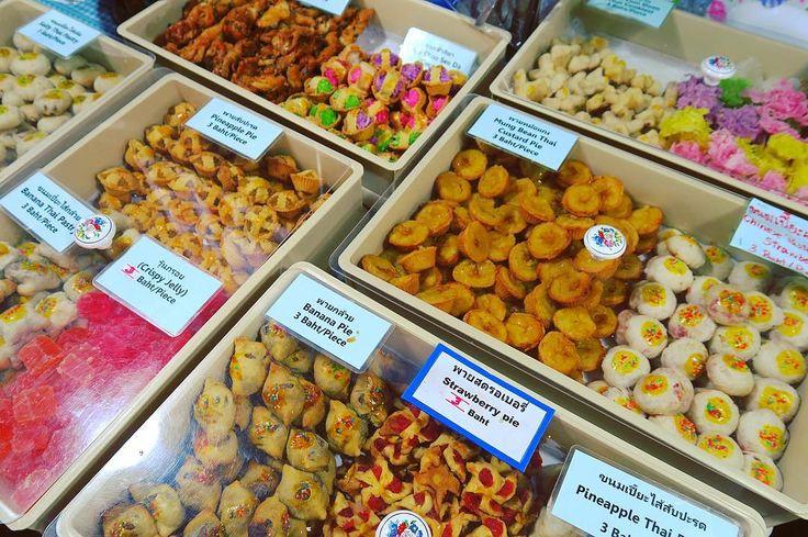 Thai traditional baked sweets. Cheap and sweet sometime make you  thirsty....  タイのお菓子主に焼菓子 中国の影響も垣間見れでもやっぱりタイらしい 独特な色味の何かもあり手を伸ばしてみたい一方 甘さに恐々 進まねば道は開けない . . #thailand #chiangmai  #thaifood #desert #sweet #food #foodie #snacks #タイ #チェンマイ #暮らし #チェンマイ暮らし #タイ料理 #旅 #世界のお菓子