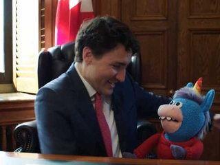 Justin Trudeau le Premier ministre canadien fait un énorme câlin à une licorne en peluche (Vidéo)