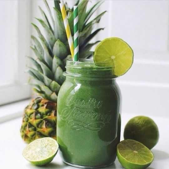 FRESH AND DELICIOUS GREEN SMOOTHIE | For more inspiration follow www.dontsweatthestewardess.com