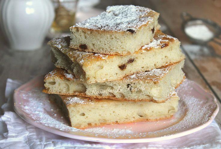 Focaccia dolce senza impasto, con miele e uvetta