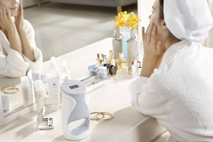 Forradalmian új technológia !Személyre szabott Bőrápolás!Mert mindenki egyedi!Az ageLOC Me egy forradalmi öregedésgátló bőrápoló rendszer, mely ötvözi a személyre szabást, a bőrápolást és az innovációt. Az ageLOC Me bőrápolási rendszer tartalma 1 ageLOC Me készülék, valamint 1 hónapra elegendő öregedésgátló termékek, összefoglaló néven Alapkészlet. Ennek tartalma 3 szérumpatron, 1 nappali és 1 éjszakai hidratálós patron (összesen 5).