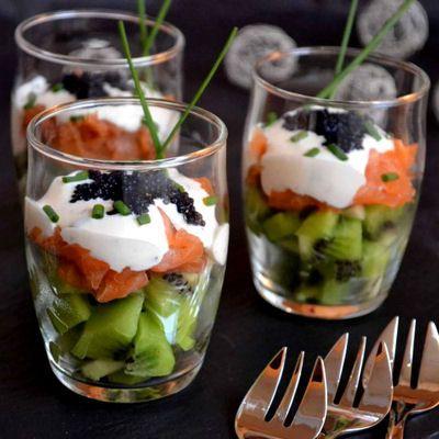 Verrines kiwis et saumon fumé, fromage frais à la ciboulette : 30 recettes de verrines salées - Journal des Femmes