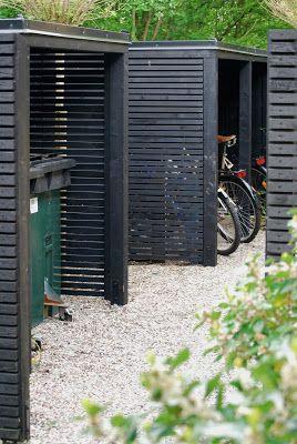 Snygga välbyggda skjul i trädgården är både praktiskt och ser trevligt ut.  Viktigt är att stilen och färgen på skjulet/skjulen stämmer väl överens med  den på övriga byggnader.  Vi har delat in vår smala framsida i två rum. Entrérummet är välkomnande  med många växter. Rummet bakom avskärmning