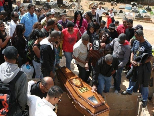 Primo do goleiro Bruno é enterrado em Belo Horizonte