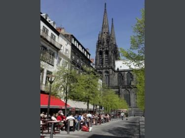 Clermont-Ferrand: Victory Square - France-Voyage.com