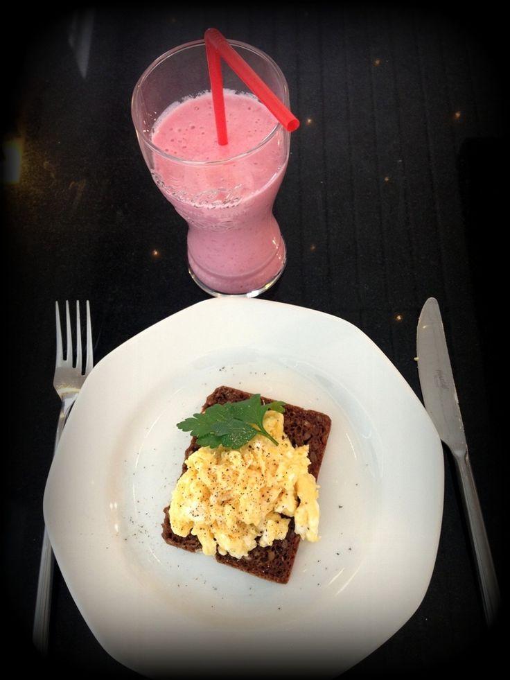 Hindbær smoothie. Lækker smoothie som kan drikkes til morgen eller midt på dagen som mellemmåltid, når sulten melder sig. Frisk og fuld af smag af hindbær.