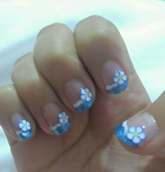 Diseño para decoración de uñas con flores azules