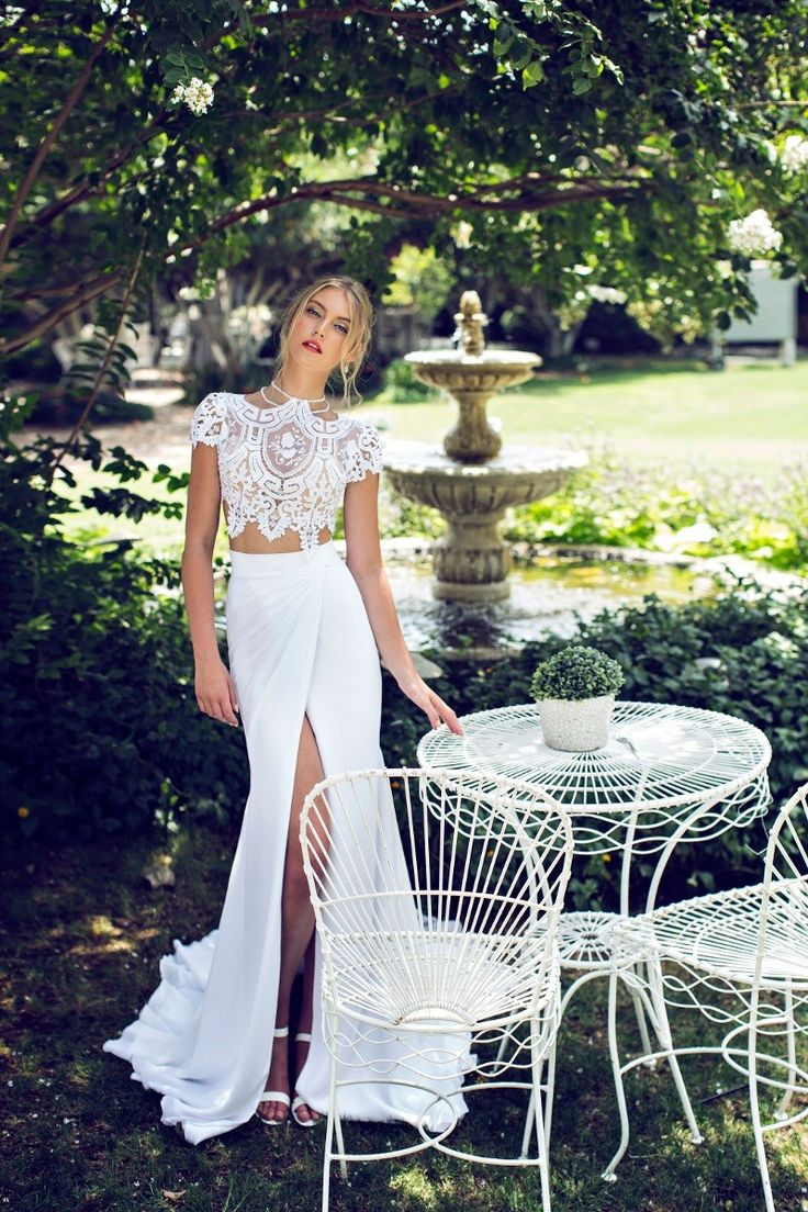 Kleid von Riki Dalal | www.hochzeitsplaza.de/brautkleider-trends | Brautkleid zweiteilig boho Hochzeitskleid Braut glam spitze