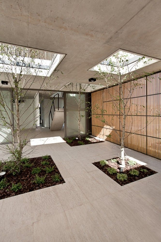 This sequence of perforations allows the entry of natural light and air in every room of the house, while it makes the interior space becomes an extension of the outdoor space.