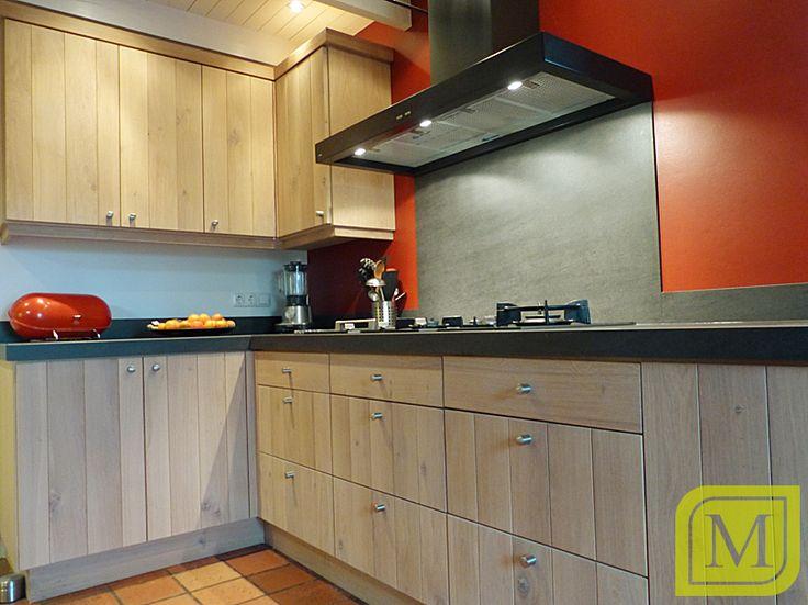 Een massief iepen keuken, waarbij de rode kleur van de muur zorgt ...