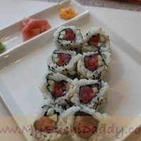 How to make Spicy Tuna Sushi Rolls (video)  Love me some Sushi!!
