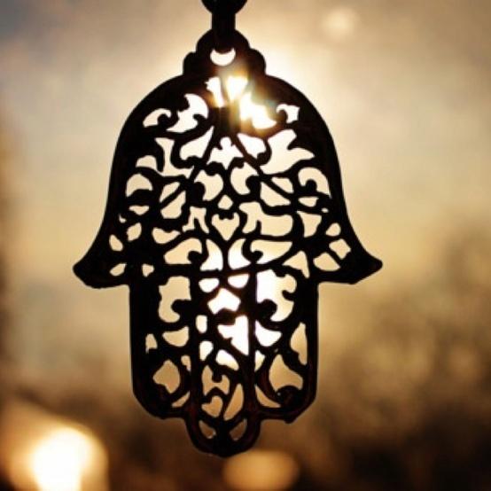 mano de fatima jamsa En el mundo árabe se utiliza como talismán para protegerse de la desgracia en general y del mal de ojo en particular.  Esta mano es un amuleto, normalmente un colgante, que protege del mal deteniéndolo con la palma de la mano, previene las enfermedades y atrae la buena suerte.