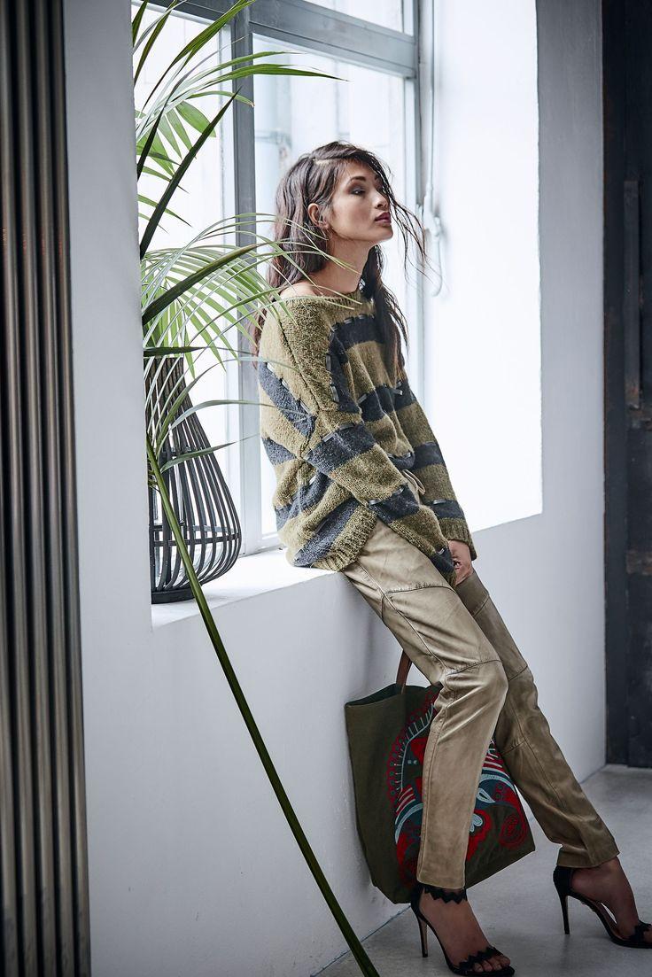 Ziemlich aufgelockert kommt dieser Pullover daher. Das liegt mit Sicherheit an den eingearbeiteten Bändern in Lederoptik.