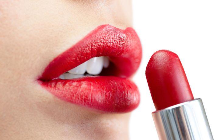 Wir verraten, wie die Farbe deutlich länger auf den Lippen und euer Look dadurch perfekt bleibt.
