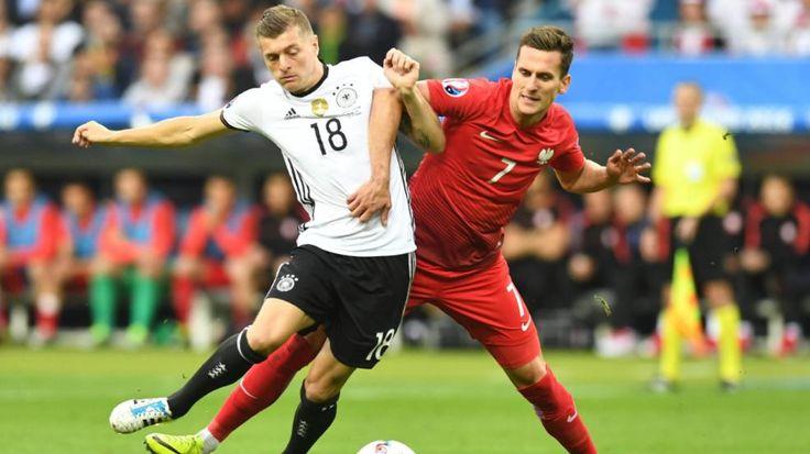 Noch keine Titel-Form |6 Gründe, warum es so rumpelt - astro #snake Toni Kroos sorgt für die meisten kreativen Aktionen im deutschen Spiel, von Julian Draxler und vor allem von Mesut Özil kommt zu wenig. http://www.bild.de/sport/fussball/em-2016/6-gruende-warum-es-so-rumpelt-46358722.bild.html