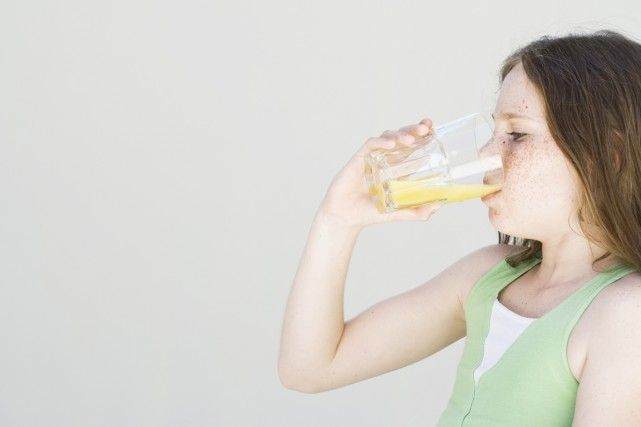 Dur à croire, mais vrai: un verre de jus de fruit pur à 100% contient autant de calories et de sucre qu'un verre de boisson gazeuse de format équivalent. «Le jus, c'est du bonbon liquide enrichi d'un peu de vitamines, dit le Dr Yoni Freedhoff, médecin expert en obésité et professeur à l'Université d'Ottawa. Rien de plus.»