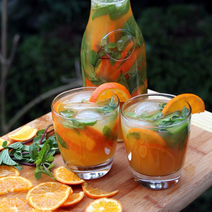 Receta fácil para preparar un delicioso coctel mojito de mandarina, este refrescante coctel se prepara con jugo de mandarina, jugo de limón, jugo de caña o azúcar, hojas de menta, agua mineral con gas, y ron al gusto.