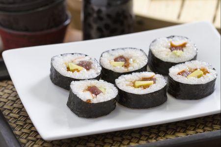 Cách làm Sushi Futomaki đúng kiểu Nhật Bản - http://congthucmonngon.com/164632/cach-lam-sushi-futomaki-dung-kieu-nhat-ban.html