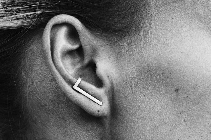 De L-vormige zilveren oorbel uit de tweede collectie van haar jonge merk Monocrafft past dan ook perfect bij mijn daith piercing.