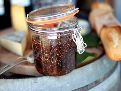Den här fantastiska marmeladen brukar min mamma alltid laga fast då på svarta vinbär. Hon är ett stort fan av chili och har en egen odling i växthuset som inte är att leka med. /Leila