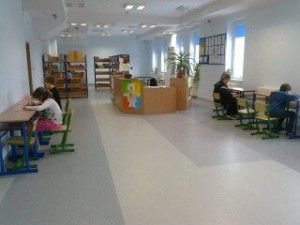 Na Targi 2.0 moja grupa opracowała zasadę komputery pod ręką. Uczniowie zdecydowali się zająć problemem dostępu do sieci. Mamy w szkole wi-fi, ale nie obejmuje ono całego obszaru szkoły. Jest dużo komputerów, ale są sale bez komputera. Między innymi nie było ich w szkolnej bibliotece. Mamy tu 12 stanowisk pod komputery, ale żadnego urządzenia.