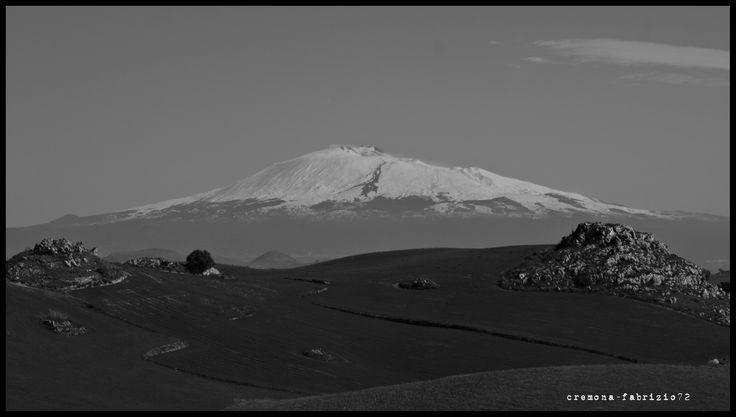 l'Etna visto da una strada provinciale