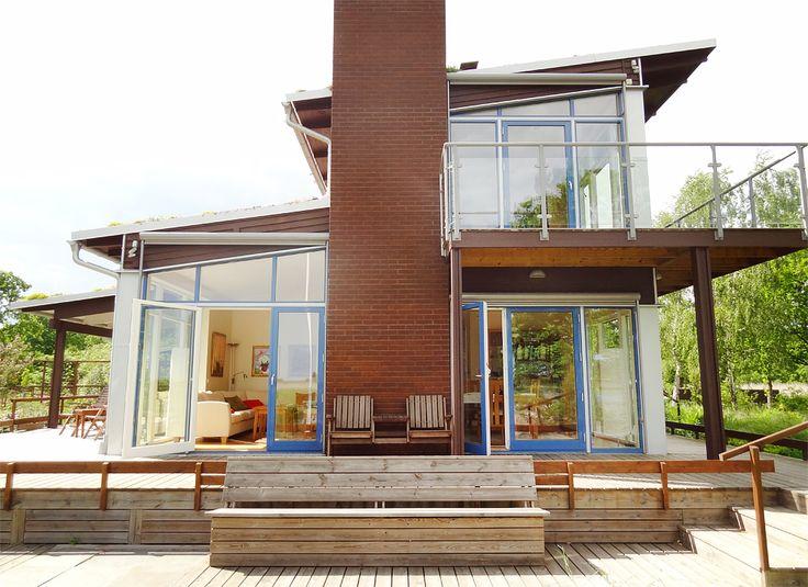 Fasta stora fönster och fönsterdörrar från Ekstrands för mycket ljusinsläpp  #Ekstrands #Fönster #EkstrandsFönster #Vinterträdgård #Uterum #Inspiration #Arkitektur #Fönsterdörr #Altandörr #Balkongdörr #Hus #villa