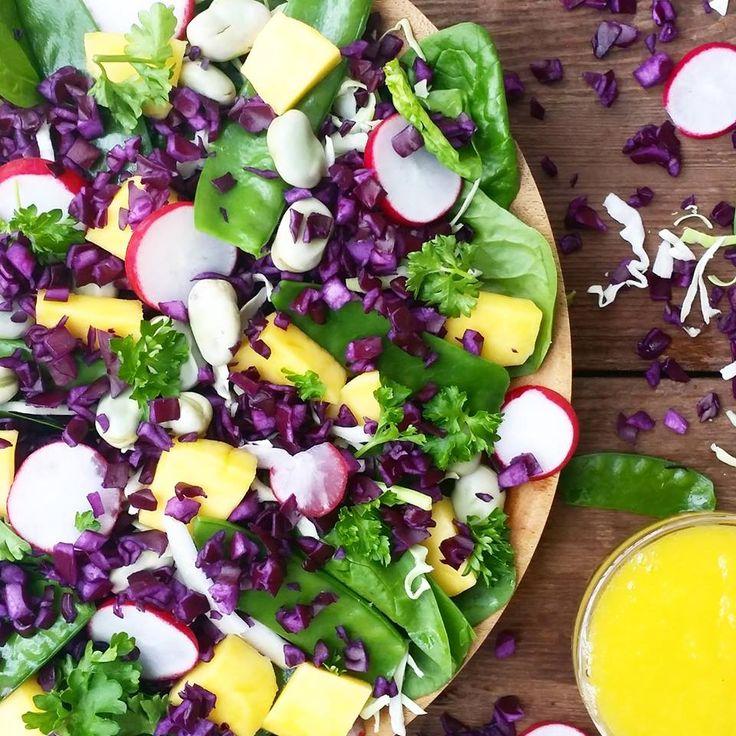 """Deze salade stond echt in 10 minuten op tafel, dus """"geen tijd"""" als excuus om niet gezond te eten heb je niet meer.. Zorg er alleen voor dat je altijd veel verse groenten en fruit in huis hebt! Voor 1 grote salade heb je nodig: – 1 handje verse spinazie – 100g rode kool en"""