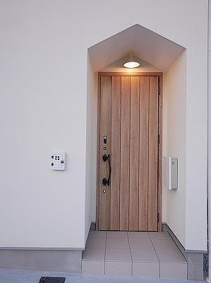 玄関ポーチです。<br /> ちょっとレトロな感じのポーチライトを採用 専門家:黒川 英之が手掛けた、玄関ポーチ(売布の建売住宅)の詳細ページ。新築戸建、リフォーム、リノベーションの事例多数、SUVACO(スバコ)