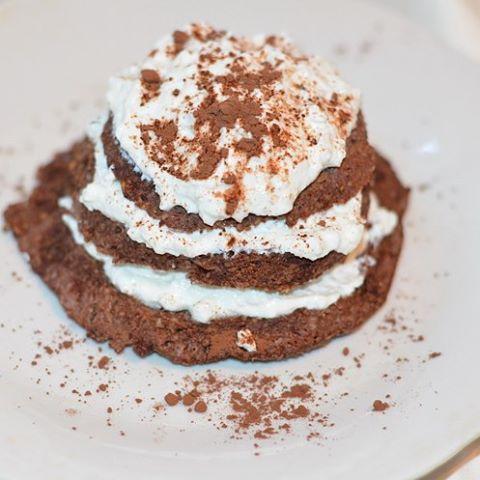 Вкусный тортик, который не вредит талии. Записывайте, завтра на завтрак пробуйте. #пп_кекс в микроволновке 7ст.лож.овсянки смолоть в муку 8ст.ложек молока 1яйцо 0,5ч.л. разрыхлителя 1ст.л.какао Сах.зам Все смешать, выпекать в чашке в свч Торт получается довольно тяжелый, поэтому крем лучше делать более жидкий. Для крема смешать творог, кефир, подсластитель, фрукты, орехи #пп #пп_питание #готовит_rysichka