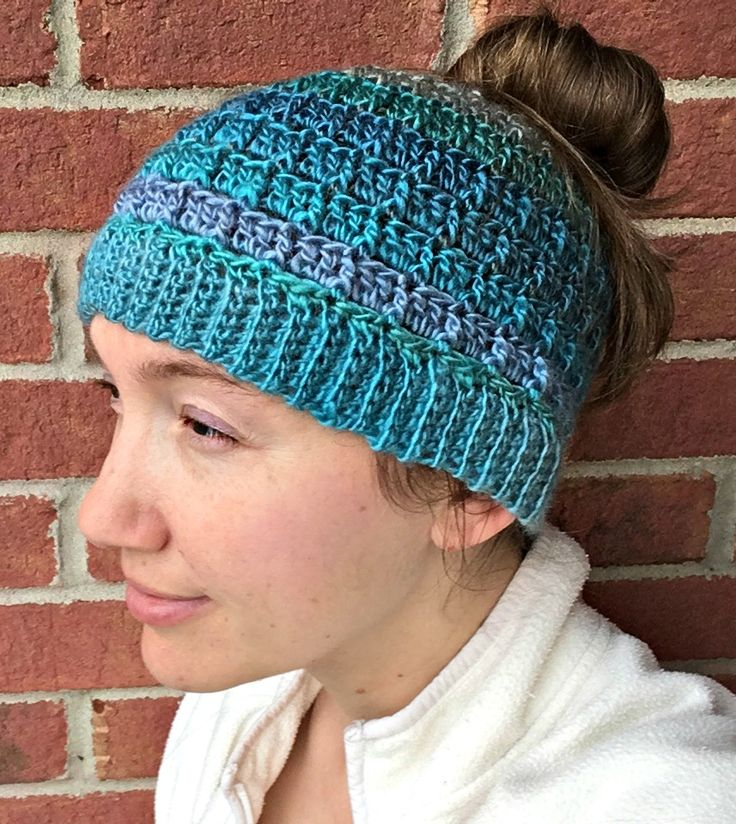 Love the texture on this messy bun hat! Free pattern!