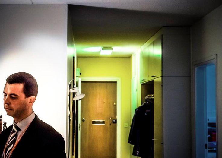 Myyntineuvottelija Tero Isosomppi toivoo, että hepokultalaisen kerrostalokodin ovikello pirahtaa. Kuva: TS