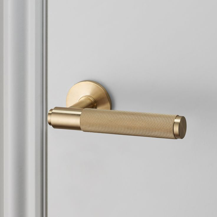 **THIS IS A PRE-ORDER ITEM AND WILL BE SHIPPED W/C 26TH SEPTEMBER**  An indoor lever handle made from solid metal, a solid bar with diamond-cut knurled...