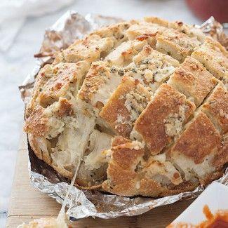 Monkey bread //bochník, máslo, oregano, česnek, mozzarella, parmezán// VEGETARIAN