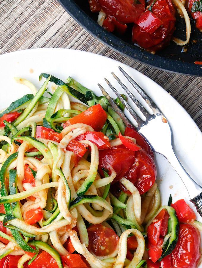 Low Carb Zucchini Nudeln mit Tomaten und Paprika - Gaumenfreundin - Foodblog mit gesunden Rezepten
