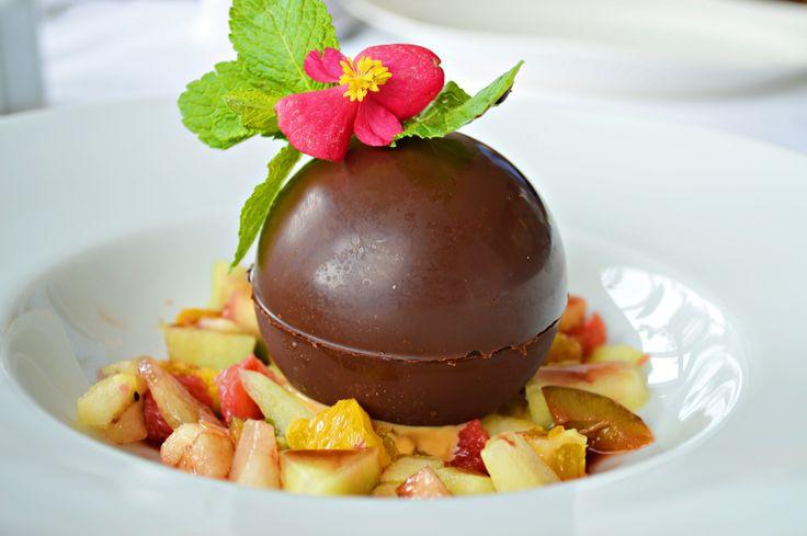 Ciocolata cu inghetata, fructe si sos caramel de la Marco Polo.
